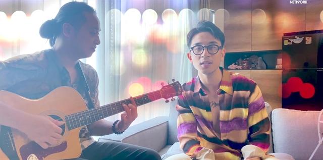Артисты из музыкального шоу Tần số 15 (частота 15 Гц) выступают дома.